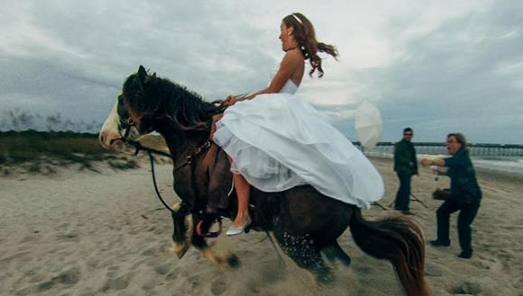 Mireasa a vrut să facă poze pe cal, dar calul...