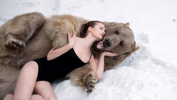 Cea mai originală campanie anti-vânătoare: modele în lenjerie intimă, în zăpadă, în brațele unui urs – VIDEO și foto