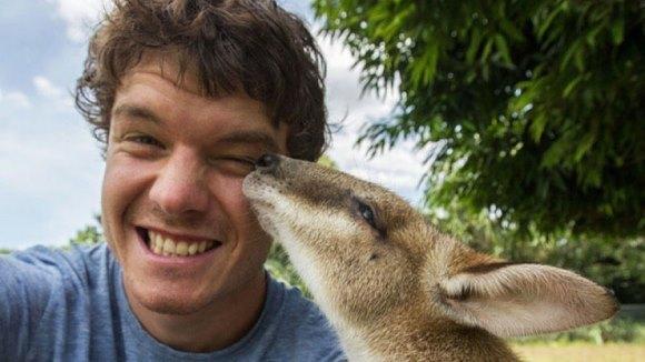Bărbatul-maestru al selfie-urilor cu animale. Îşi face cele mai amuzante poze cu necuvântătoarele - Galerie foto