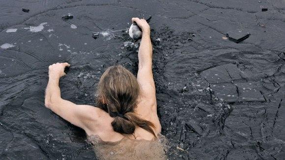 S-a aruncat într-un lac îngheţat, pentru a salva o raţă