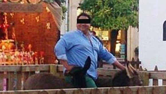 Măgaruş decedat, după de un bărbat s-a suit pe el pentru a face o poză