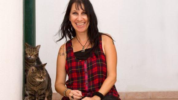 Dragoste sau nebunie? O femeie s-a măritat cu două pisici, după ce a fost rănită de un bărbat