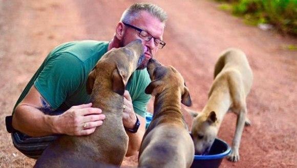 Bărbatul care hrănește zilnic peste 80 de câini, pentru că nu suportă dă îi vadă înfometați (Galerie Foto)