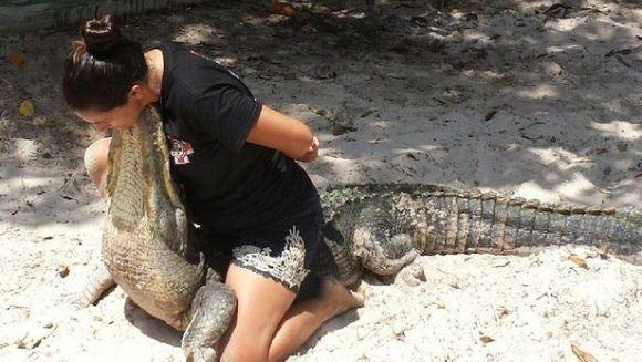 Gravidă în opt luni, o femeie se luptă cu aligatorii - VIDEO