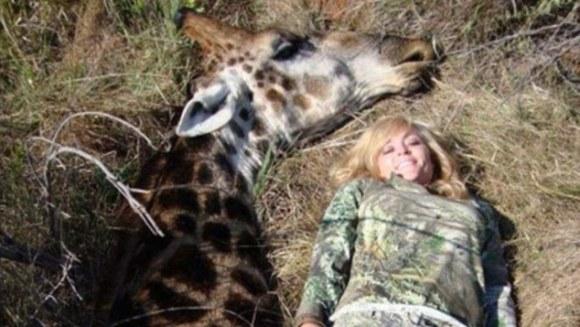 Prezentatoare TV amenințată cu moartea, după ce s-a pozat zâmbind lângă o girafă moartă - Galerie Foto
