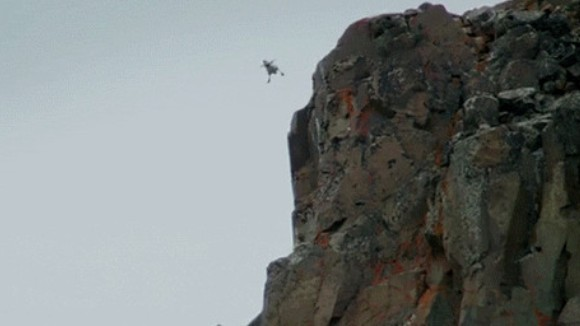 S-a aruncat de la 120 de metri, pentru a-şi salva viaţa