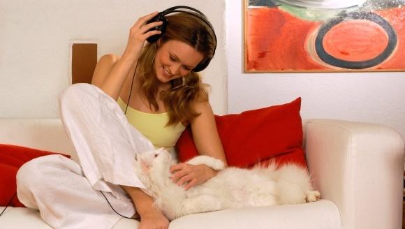 De ce ar trebui să ne simţim speciali, atunci când pisicile se ghemuiesc în braţele noastre
