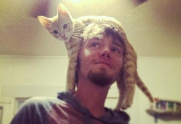 Bărbații cu pălării-pisici cuceresc internetul (Galerie Foto)