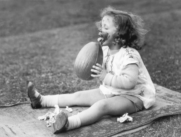 12 fotografii vintage, care arată cât de mult s-a schimbat Paștele, de-a lungul timpului. Iepurașii au rămas actorii principali (Galerie Foto)