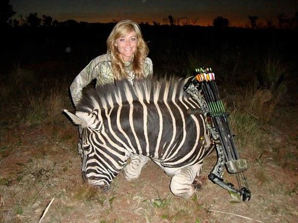 Prezentatoare TV amenințată cu moartea, după ce s-a pozat zâmbind lângă o girafă moartă (Galerie Foto)