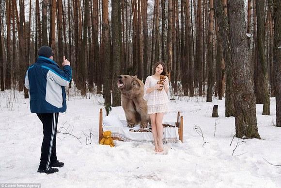 Cea mai originală campanie anti-vânătoare: modele în lenjerie intimă, în zăpadă, în brațele unui urs – VIDEO și GALERIE Foto