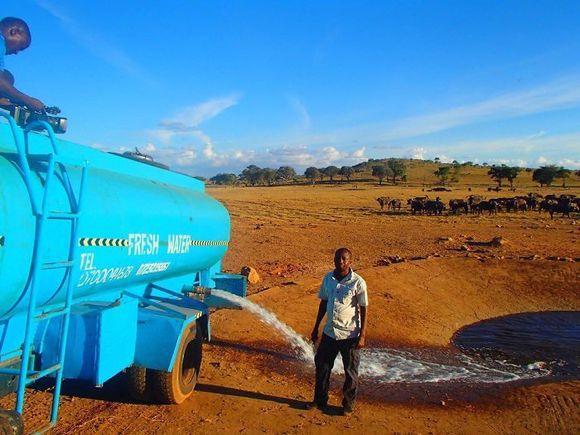 Un bărbat conduce ore în șir în fiecare zi pentru a duce apă animalelor sălbatice din Kenya (Galerie Foto)