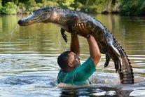 VIDEO-ul momentului. Bărbatul care dansează cu crocodilii sălbatici